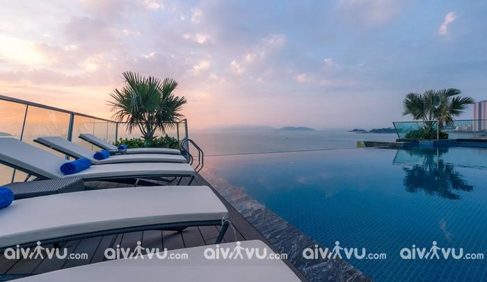 Hồ bơi vô cực với góc nhìn rộng tại khách sạn Royal Beach Boton Blue Hotel