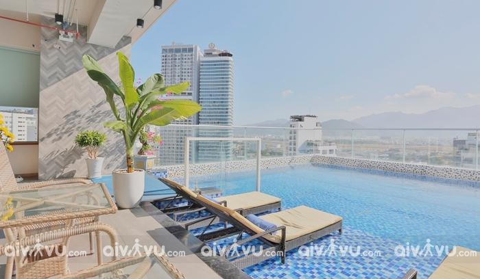 Bể bơi trên tầng 20 khách sạn Le's Cham Hotel 4 sao