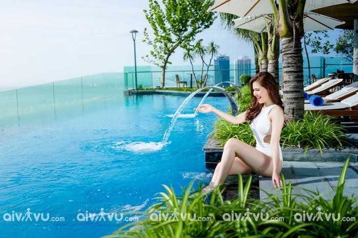 Hồ bơi khách sạn nằm tại tầng 25 của khách sạn