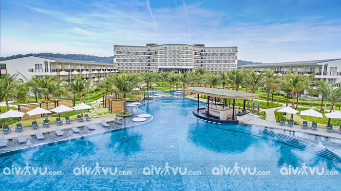 Khách sạn có hồ bơi hướng nhìn ra biển.