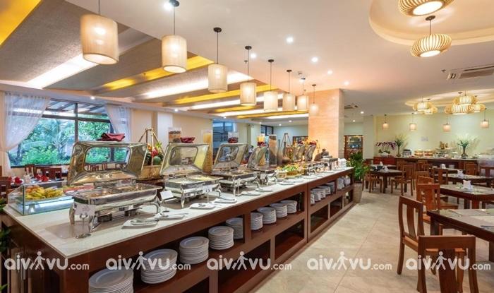 Nhà hàng với không gian mở có thể nhìn ra biển và hồ bơi