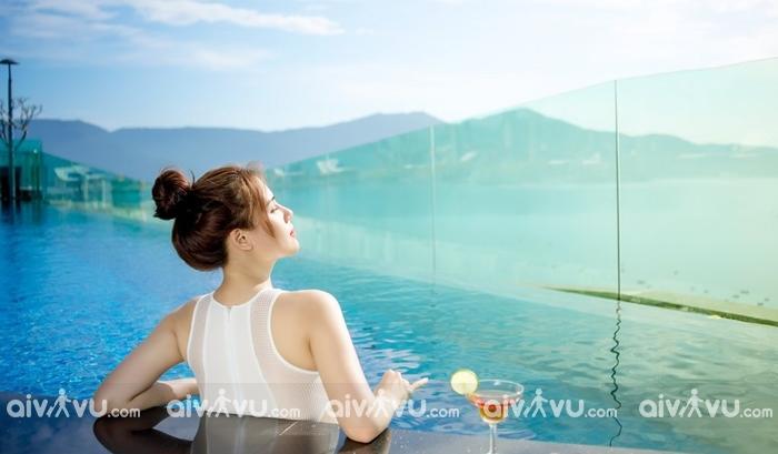 Ngâm mình trong làn nước xanh mát tại hồ bơi