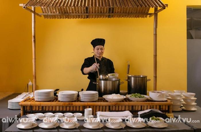 Miễn phí ăn sáng buffet tại nhà hàng Tả Van tại khách sạn