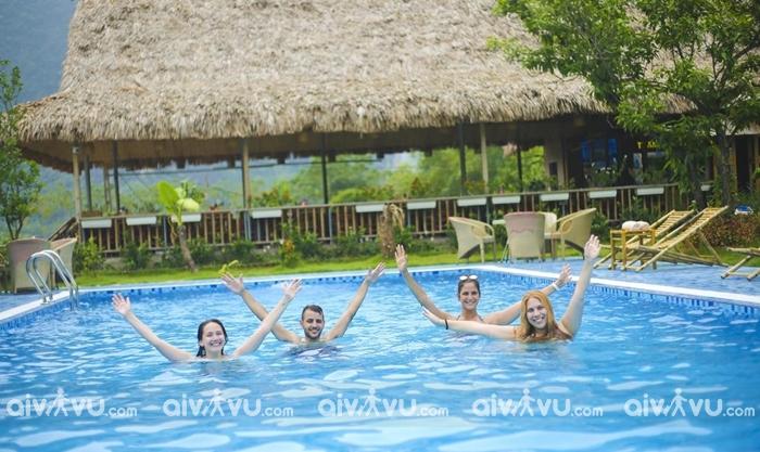 Miễn phí sử dụng hồ bơi ngoài trời với view nhìn sông tựa núi