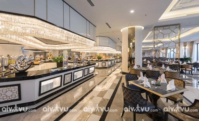 Ăn sáng buffet tại nhà hàng với quang cảnh thành phố