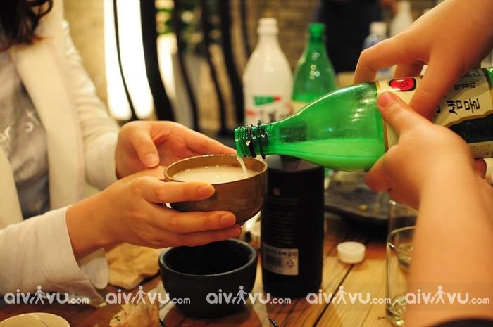 Tuyệt đối không để miệng chai rượu chạm vào miệng của ly rượu
