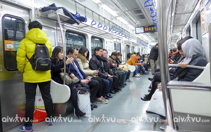 Tuyệt đối không cười đùa trên tàu điện ngậm hay xe bus