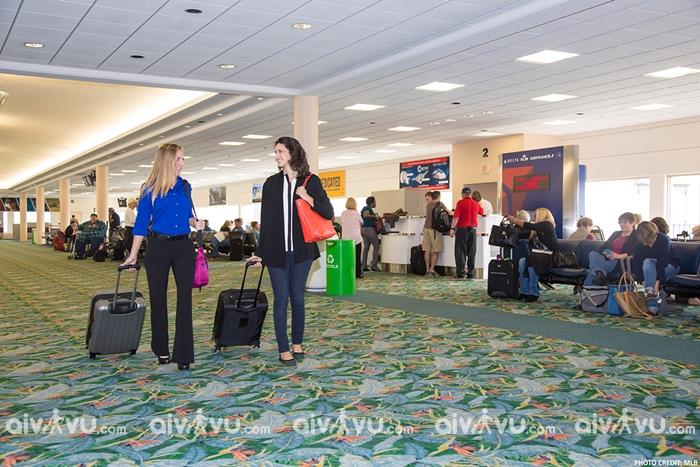 Xách hộ hành lý cho người khác – điều không nên làm tại sân bay
