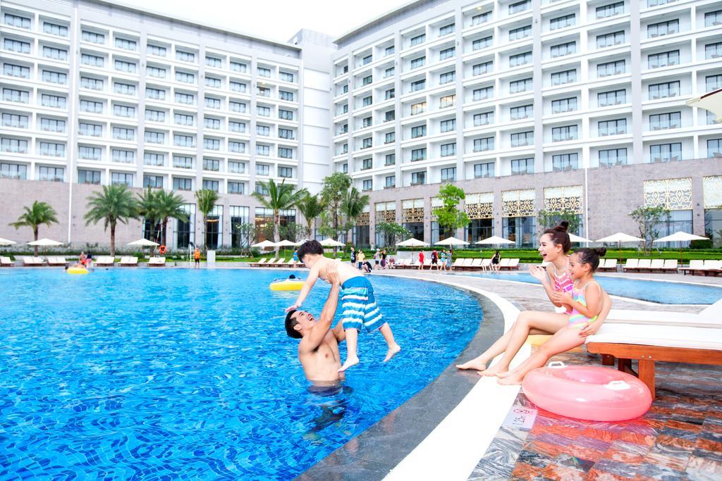 Bể bơi ngoài trời Khách sạn Vinoasis Phú Quốc