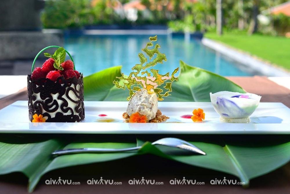 Bữa sáng hàng ngày đa dạng các món ăn địa phương và quốc tế.