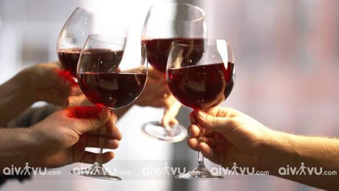 Người Pháp chào đón năm mới bằng cách uống rượu vang