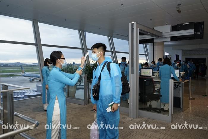 Hành khách đi máy bay Vietnam Ađo thân nhiệt trước khi khởi hành