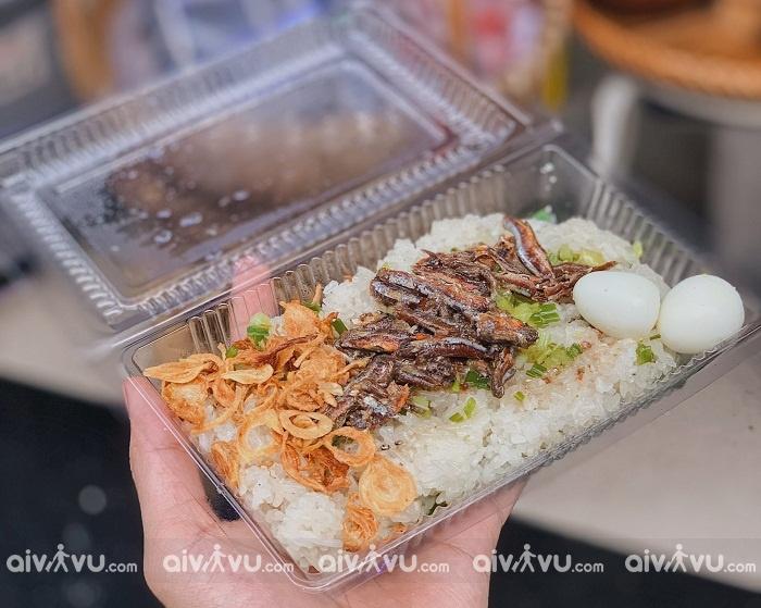 Điểm chính của món xôi này là phần cá cơm, nguyên liệu mang nét đặc trưng trong hương vị Nha Trang. Những con cá cơm tươi rói được chọn, sơ chế, nêm nếm vị đầm đà, đem đi rim kỹ cho mềm ra. Hương thơm ngầy ngậy của cá cơm rim sẽ khiến bạn chỉ ngửi thôi đã muốn ăn ngay.