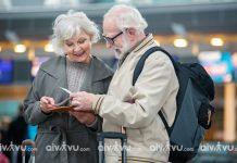 Người già đi máy bay United Airlines cần giấy tờ gì?