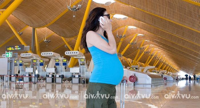 Phụ nữ mang thai đi máy bay có ảnh hưởng gì không?