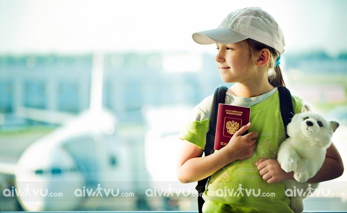Trẻ em đi máy bay American Airlines cần giấy tờ gì?