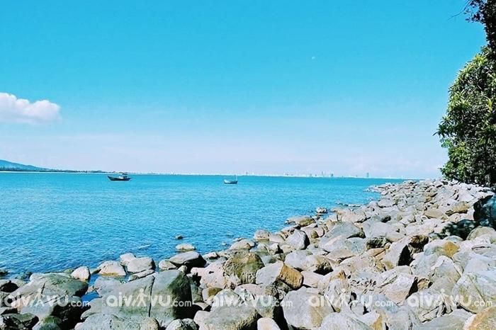 Rạn Nam Ô Đà Nẵng rộng khoảng 2ha, nằm giữa một vùng biển xanh trong vịnh Đà Nẵng.