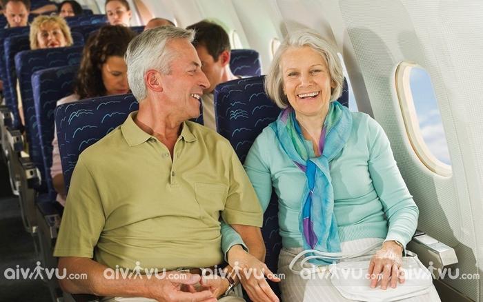 Người già trên 80 tuổi có được đi máy bay?