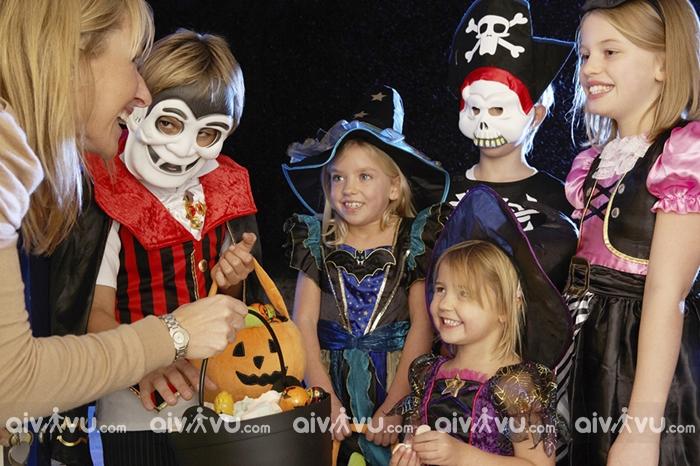 Trick or treat hoạt động yêu thích trong ngày Halloween cho trẻ em