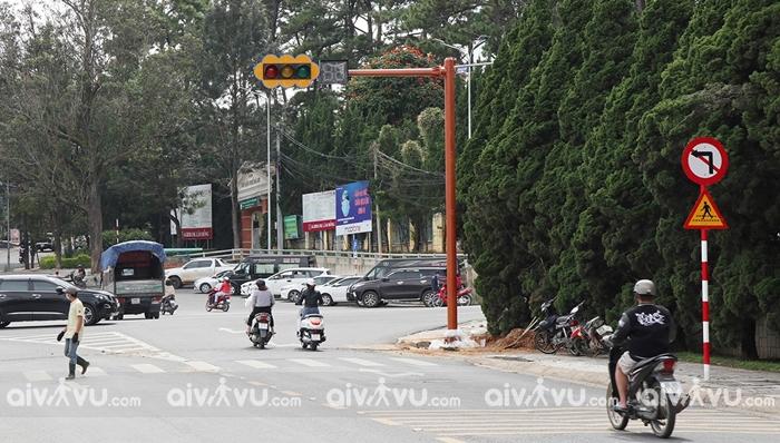 Vì sao Đà Lạt lắp đặt cột đèn giao thông?